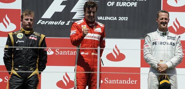 Fernando Alonso, flanqueado por Raikkonen y Schumacher, en el podio de Valencia