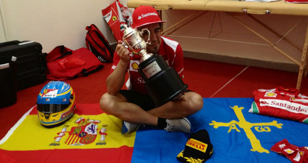 Fernando Alonso posa, sonriente