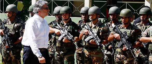 Fernando Lugo pasa revista a los soldados
