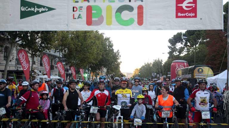 Miles de ciclistas recorren las calles de Madrid en la 'Fiesta de la bici'