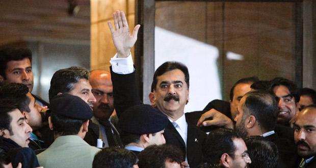 El primer ministro paquistaní saluda al llegar al Tribunal Supremo el pasado mes de febrero.