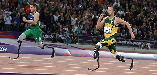 El brasileño Cardoso Alan Fonteles Oliveira compite ante el sudafricano Oscar Pistorius en la final de atletismo de los 200 metros T44
