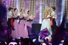 La finlandesa Krista Siegfrids acabó la actuación dando un beso a una cantante del coro