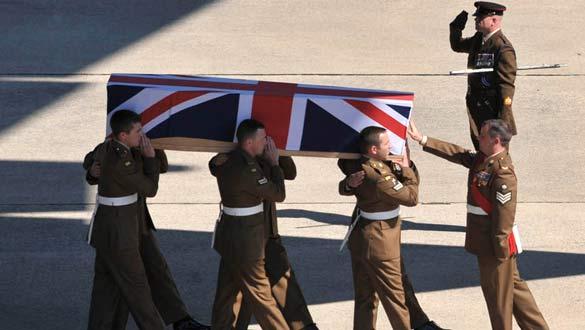 El cadáver de uno de los soldados británicos muertos en las últimas horas llega a la base de la RAF de Lyneham.