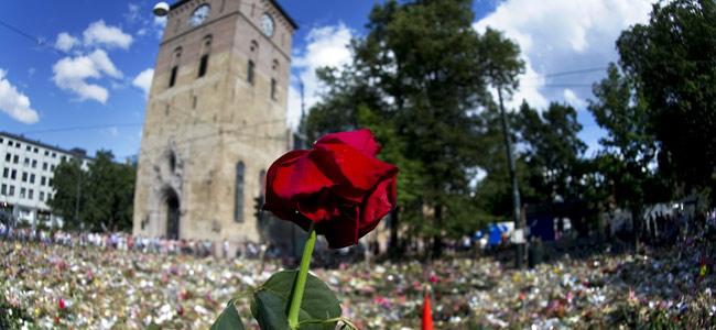 Flores frente a la iglesia de Domkirken, en Oslo