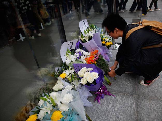 Flores en Shanghái en homenaje al fundador de Apple