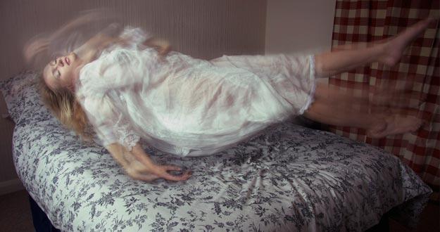 Flotando sobre la cama.