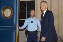El ex primer ministro Villepin, al salir del tribunal de París.