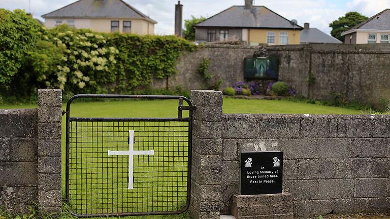 Una fosa con 800 esqueletos niños aviva la polémica de los abusos de Iglesia irlandesa