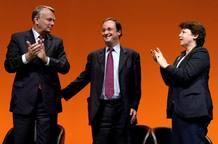 Foto de archivo de Jean-Marc Ayrault, François Hollande y Martine Aubry en 2002, reunidos con motivo de las elecciones parlamentarias.