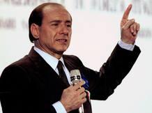 Foto de archivo de Silvio Berlusconi en la campaña de su partido en el año 1994