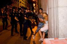 Momento en el que la Policía agrede a la joven