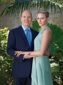 Foto oficial del compromiso entre el Príncipe Alberto de Mónaco y Charlene Wittscock.