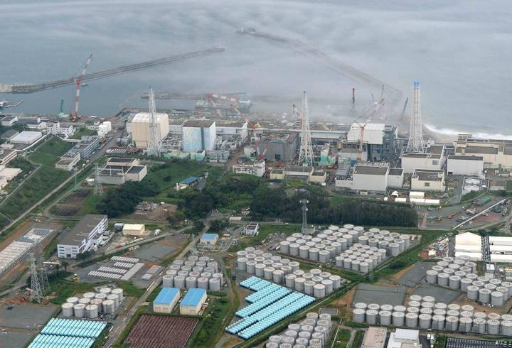 Un error humano y un defecto de los tanques causan una nueva fuga radioactiva. Los trabajadores introdujeron demasiada agua en uno de los depósitos. Los tanques, de fibra de vidrio, se han demostrado defectuosos y construidos apresuradamente.