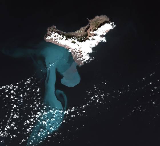 La fotografía tomada por el satélite de observación de la Tierra Deimos 1 muestra la superficie que ha alcanzado la mancha en comparación con la isla de El Hierro.