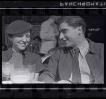 Fred Stein[Gerda Taro y Robert Capa en la terraza del Café du Dôme en Montparnasse, París], principios 1936