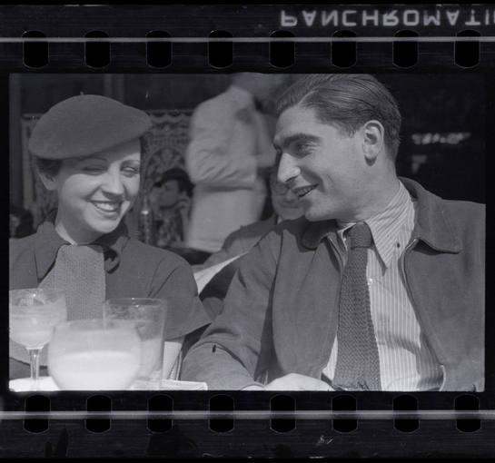 Fred Stein [Gerda Taro y Robert Capa en la terraza del Café du Dôme en Montparnasse, París], principios 1936. © Estate of Fred Stein International Center of Photography