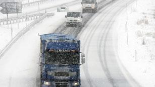 Ver vídeo  'El frío y la nieve presentes en toda la Cornisa Cantábrica y el País Vasco paralizan el tráfico'