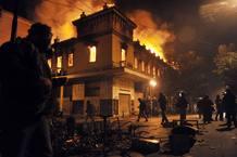 El fuego devora un almacén tras los enfrentamientos entre ciudadanos y policías antidis