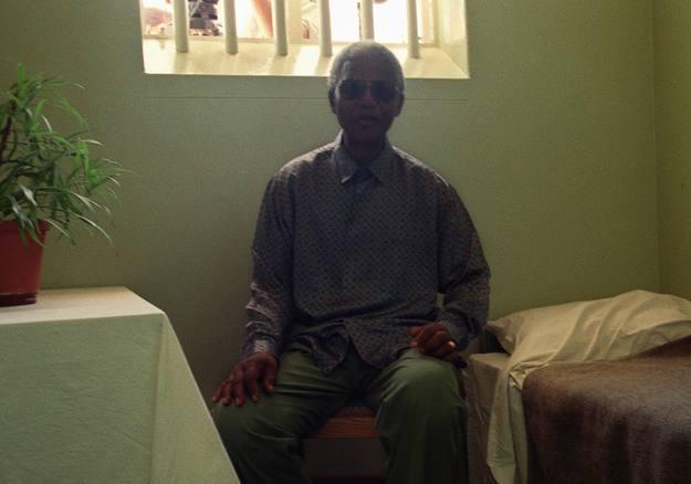"""El que fuera el preso nº 4664, visitando su antigua celda en la prisión sudafricana de Robben Island en 1995 . Durante su cautiverio se inspiró en el poema """"Invictus"""", del inglés William Ernest Henley"""