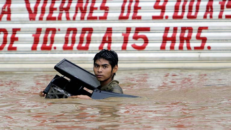 Decenas de muertos en México por dos ciclones simultáneos
