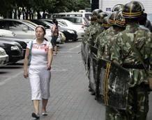 Fuerzas de seguridad chinas patrullan las calles de Urumqi.