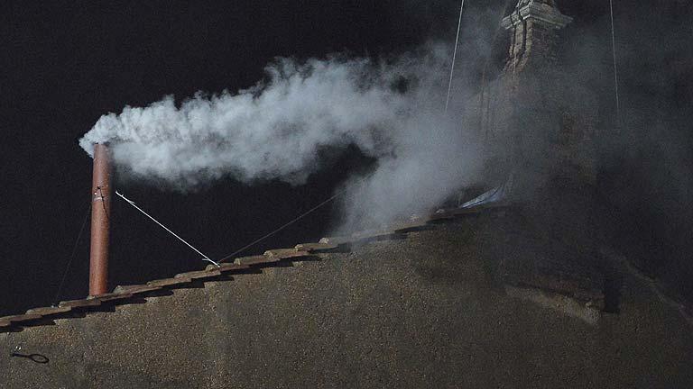 Fumata blanca: el cónclave elige al sucesor de Benedicto XVI