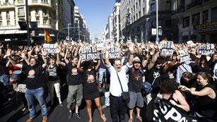 Ver vídeo  'Los funcionarios vuelven a salir a la calle y cortan la Gran Vía para protestar por los recortes'