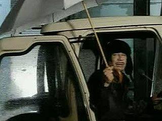 Ver vídeo  'Gadafi desafía la revuelta mientras bombardea Trípoli'