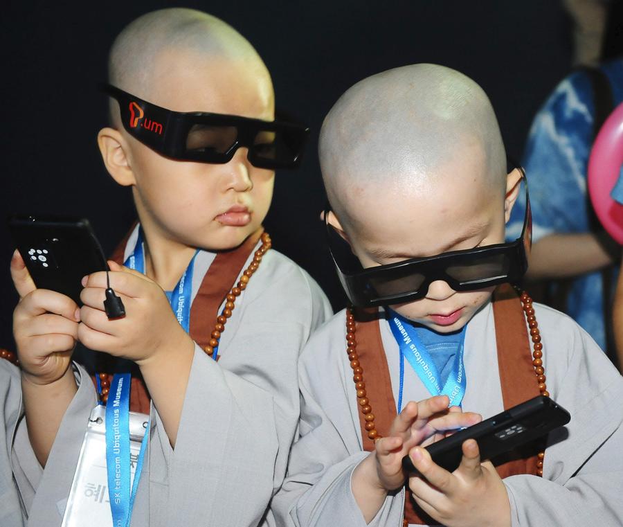 Gafas 3-D para los jóvenes monjes