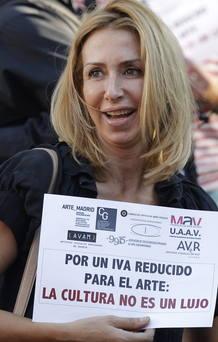 La galerista María Porto, mujer de Francisco Álvarez-Cascos, en la concentración celebrada hoy, ante el Museo Reina Sofía de Madrid