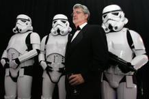 George Lucas acompañado por los soldados del ejército imperial.