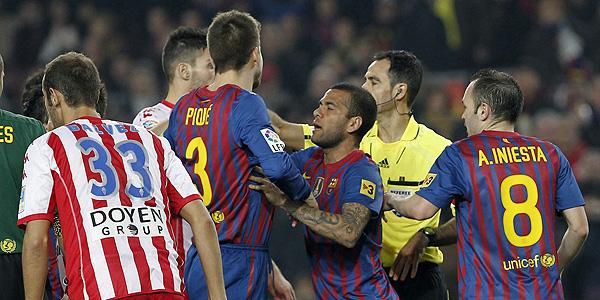 Gerard Piqué protesta al árbitro Velasco Carballo tras ser expulsado durante el partido ante el Sporting.