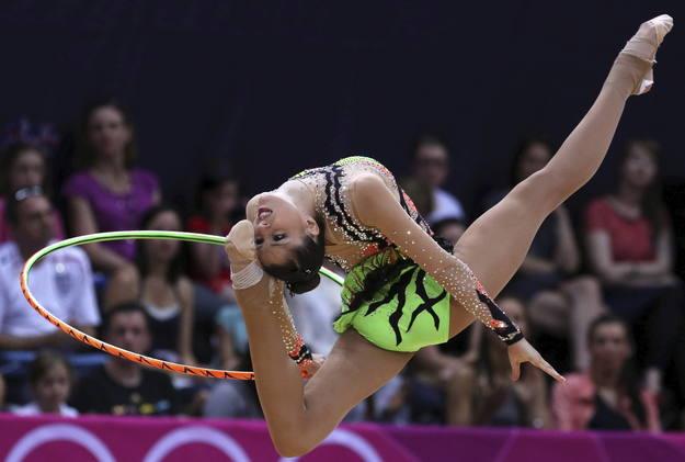 La gimnasta española Carolina Rodriguez ejecuta su ejercicio de aro en la fase clasificatoria del concurso completo individual olímpico de gimnasia rítmica.