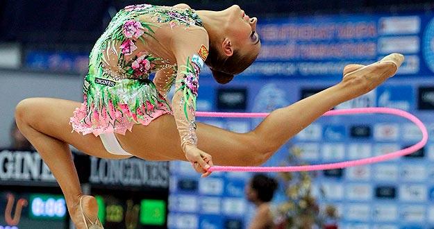 La gimnasta rusa Evgenia Kanaeva ejecuta su ejercicio de cuerda en el Mundial de Moscú.