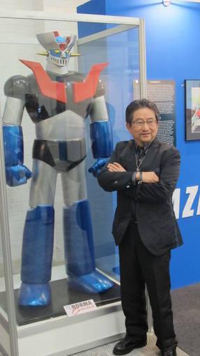 Go Nagai posando con su creación más famosa, Mazinger Z
