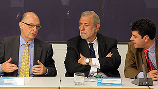 Ver vídeo  'El Gobierno eleva el déficit de 2011 al 8,9% del PIB por el desvío de las CC.AA.'