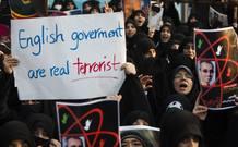 """""""El Gobierno inglés es el verdadero terrorista"""" reza la pancarta de uno de los manifestantes."""