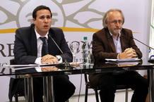 El presidente de la Junta Nacional de Drogas, Diego Cánepa, habla junto al secretario general de la Secretaría Nacional de Drogas, Julio Calzada (d), durante la rueda de prensa en la que el Gobierno presenta la ley de la marihuana