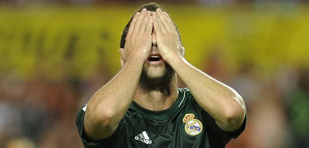 Gonzalo Higuaín lamenta una ocasión fallada en el partido entre el Sevilla y el Real Madrid.