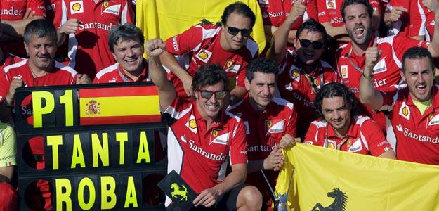 El piloto de Ferrari, Fernando Alonso, celebra junto a su equipo la victoria en el Gran Premio de Europa