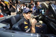 Sebastian Vettel saluda a su llegada a Suzuka