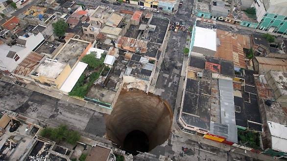 Gran socavón -de 20 m de diámetro y 30 m de profundidad- en el barrio de Ciudad Nueva de la capital de Guatemala.