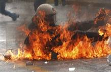 Un policía antidisturbios cae tras ser golpeado por un cóctel molotov lanzado por los manifestantes griegos.