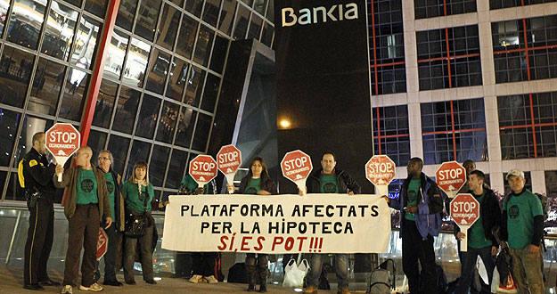 Un grupo de afectados por el impago de hipotecas duermen bajo la sede de Bankia en Madrid