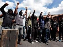 Un grupo de mineros alza sus puños en las protestas en Ciñera, León