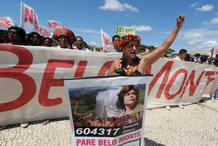 Un grupo de nativos de la tribu Caiapo protestan contra la construcción de la presa de Belo Monte en la Amanozía Brasileña.