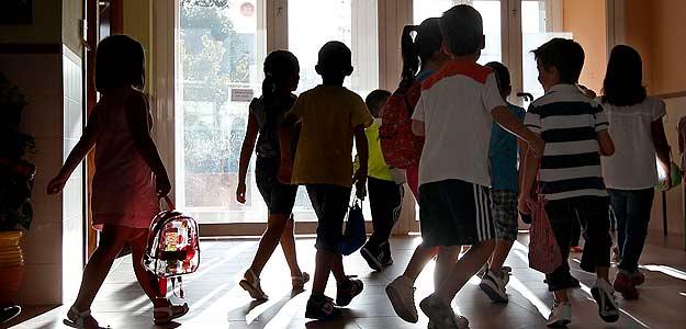 Un grupo de niños entra en un colegio
