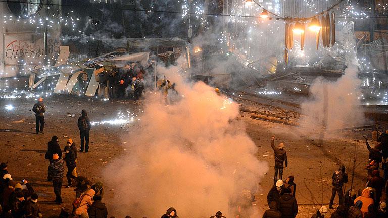 Grupos radicales convierten las protestas en Ucrania en una batalla campal