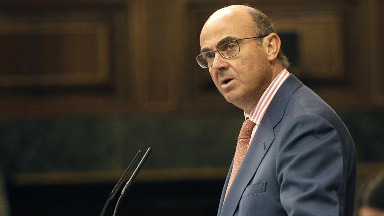 De Guindos dice que no se podrán mantener las prestaciones sociales si no mejora la economía